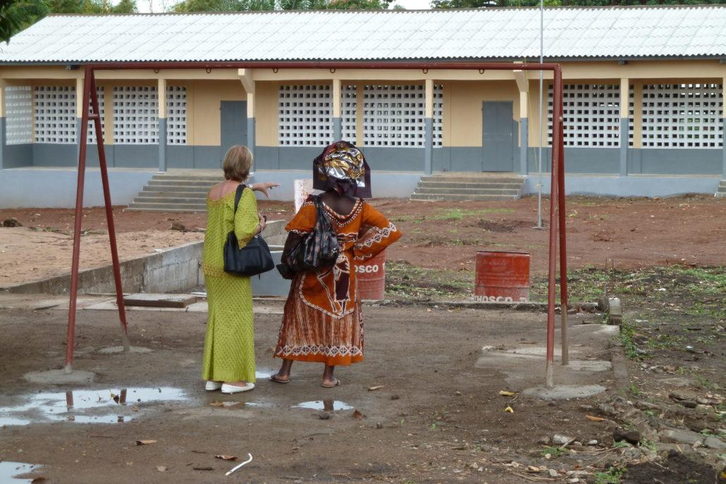 Einweihung des ersten Schulgebäudes