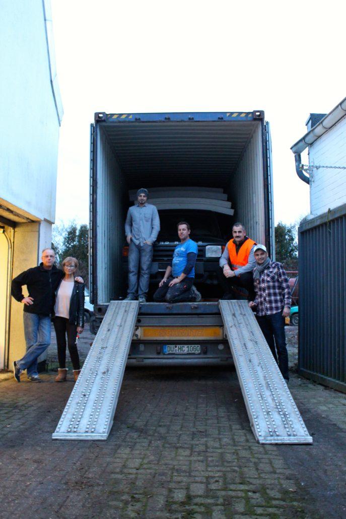 Versendung des ersten Containers mit Hilfsgütern u.a. mit einem gesponserten Land Rover
